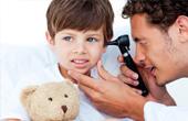 При каких симптомах ребенка нужно срочно вести к отоларингологу