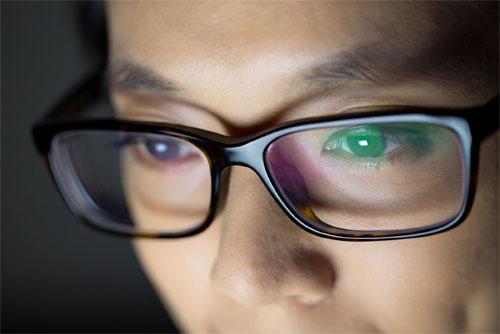 Что из себя представляют антибликовые очки?